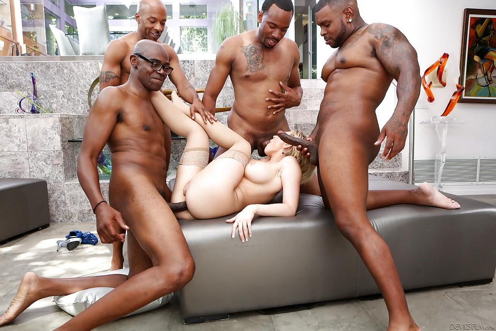 Четыре черных члена отжарили телочку - фото #1