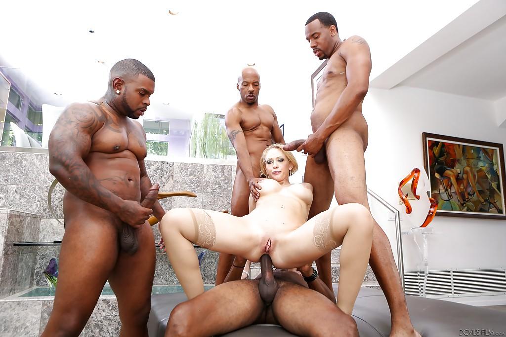 Четыре черных члена отжарили телочку - фото #6