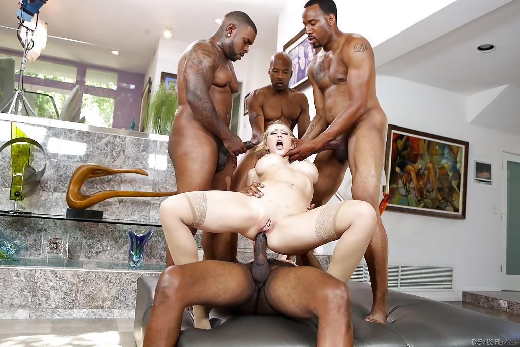 Четыре черных члена отжарили телочку - фото #7