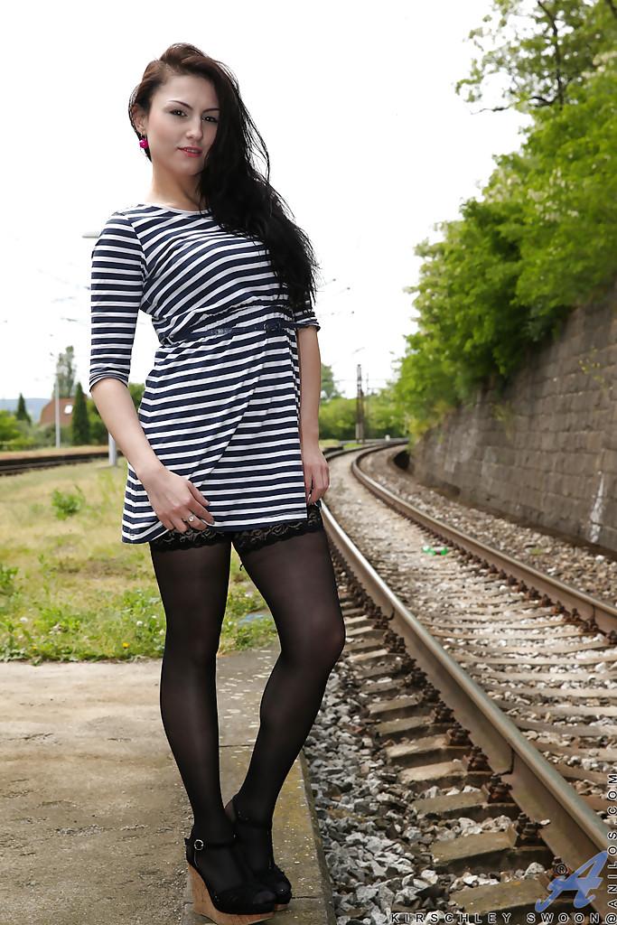 Уличные шалости длинноволосой милочки Kirschley Swoon - фото #1