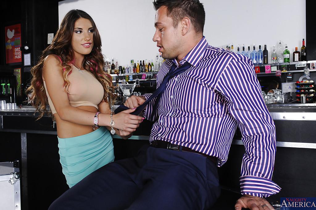 Незнакомка August Ames увлеклась оральным сексом в баре - фото #2