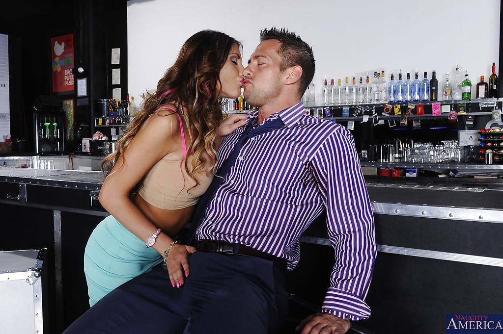 Незнакомка August Ames увлеклась оральным сексом в баре - фото #3