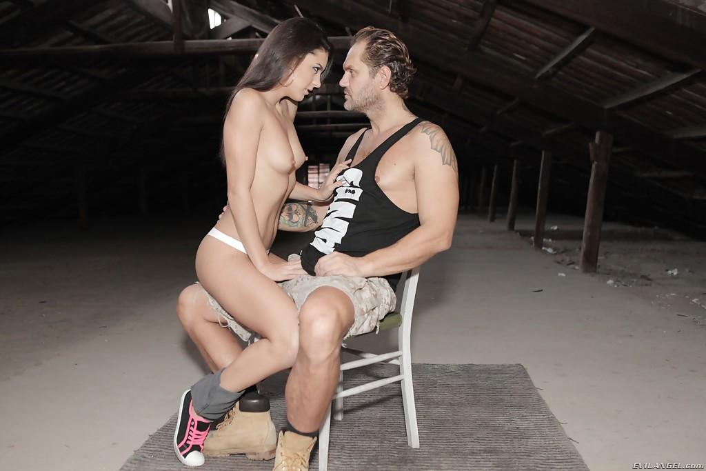 Опытный мужик отшлепал милаху и трахнул ее на пару с приятелем - фото #2