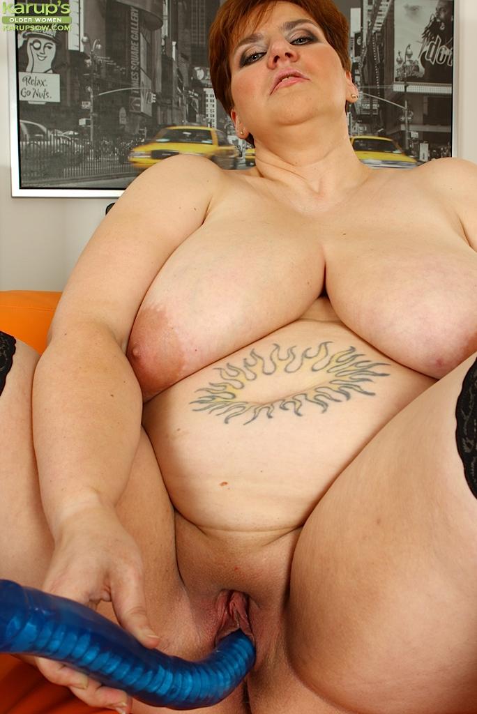 Толстая мамаша пихает себе в щель резиновый хер - фото #12