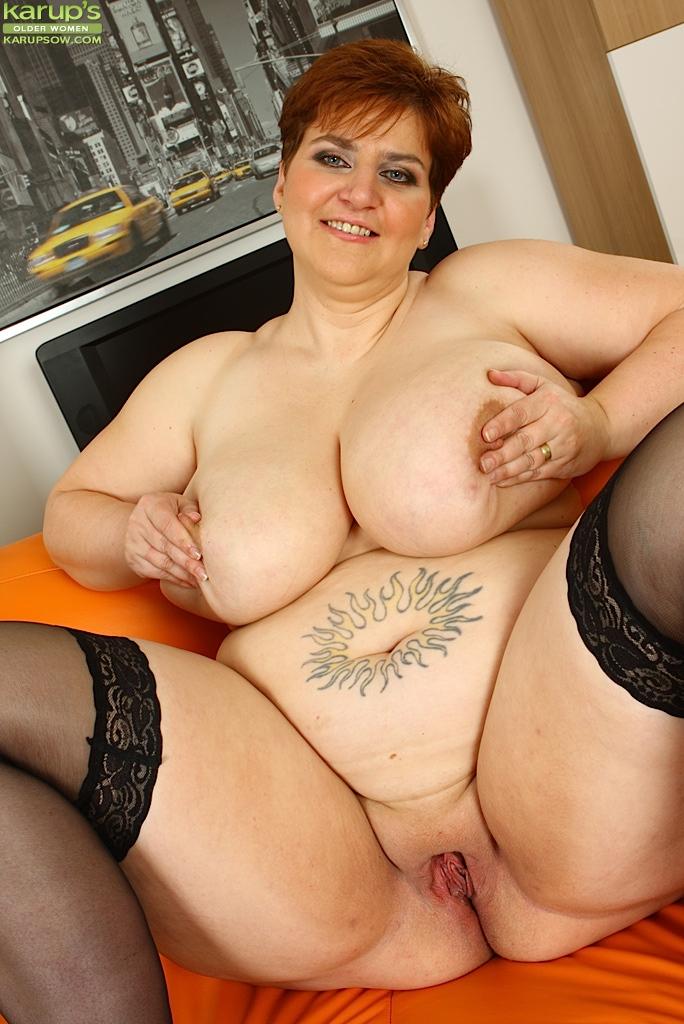 Толстая мамаша пихает себе в щель резиновый хер - фото #14