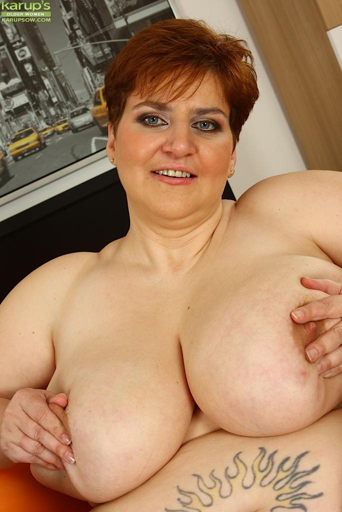 Толстая мамаша пихает себе в щель резиновый хер - фото #15