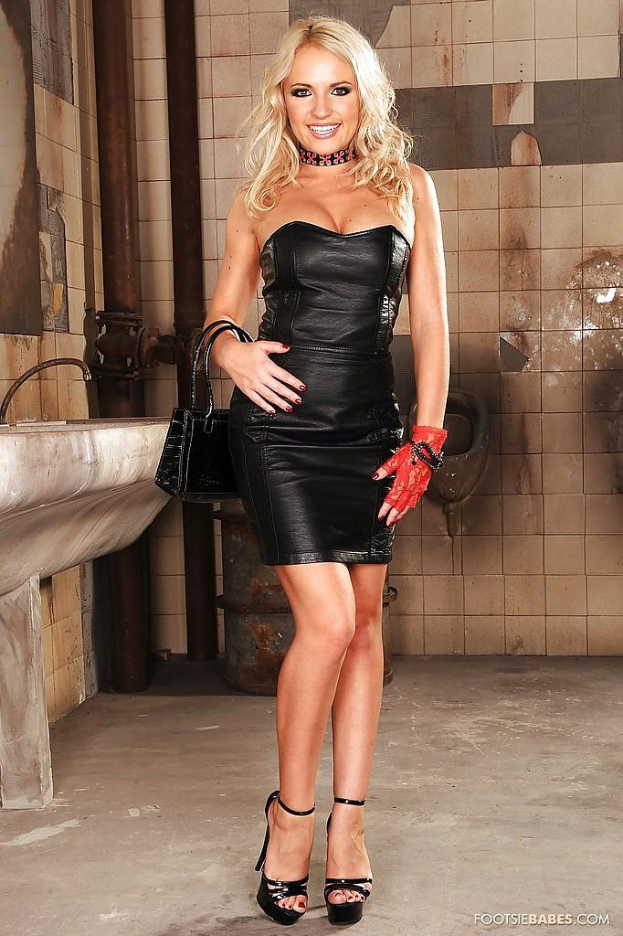 Блондинка разделась догола в мужском туалете - фото #1