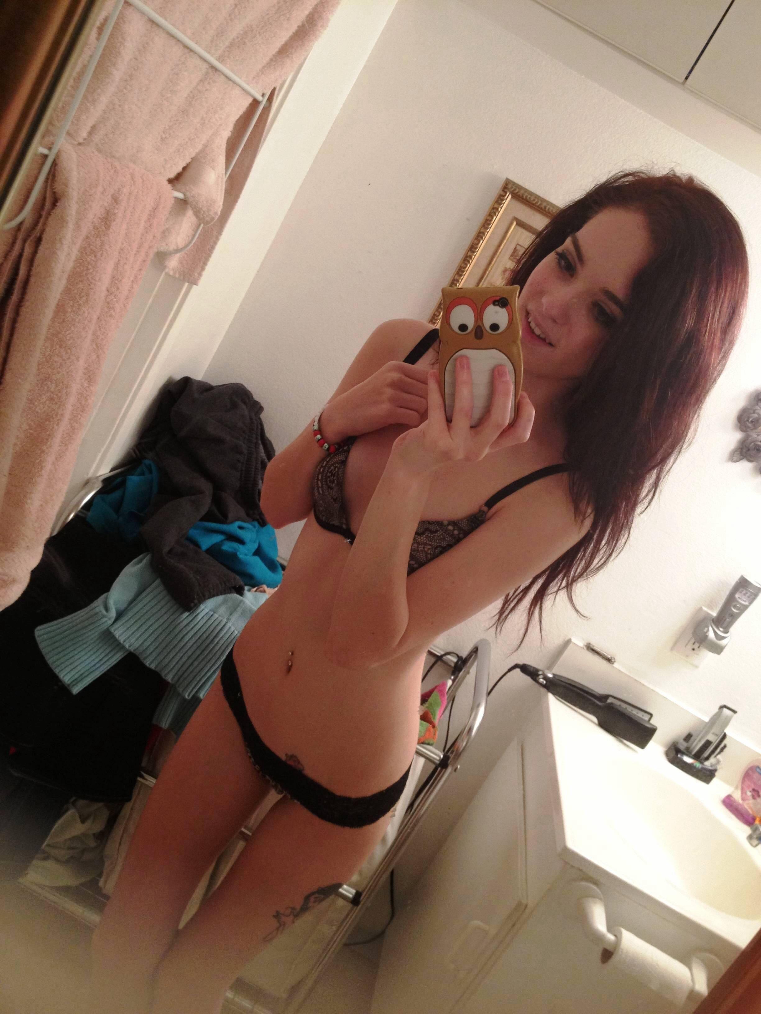 Грудастые девки снимают себя голышом перед зеркалом - фото #2