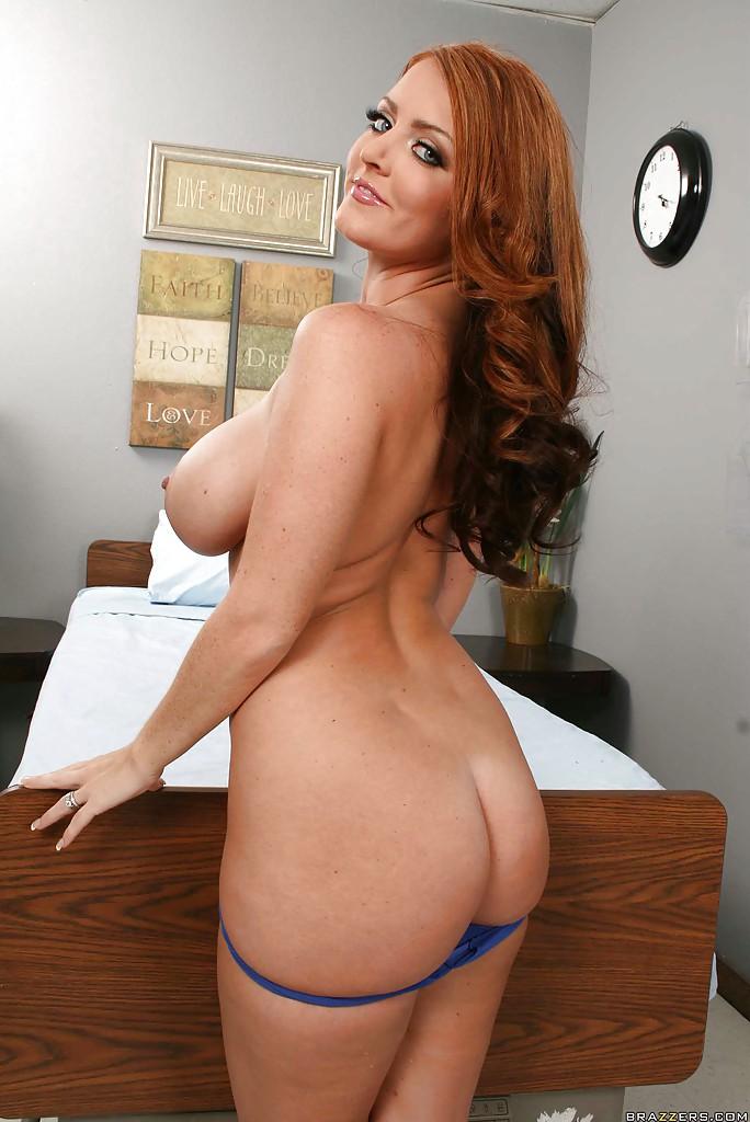 Рыжуха Sophie Dee поджидает избранника на кровати голой - фото #9