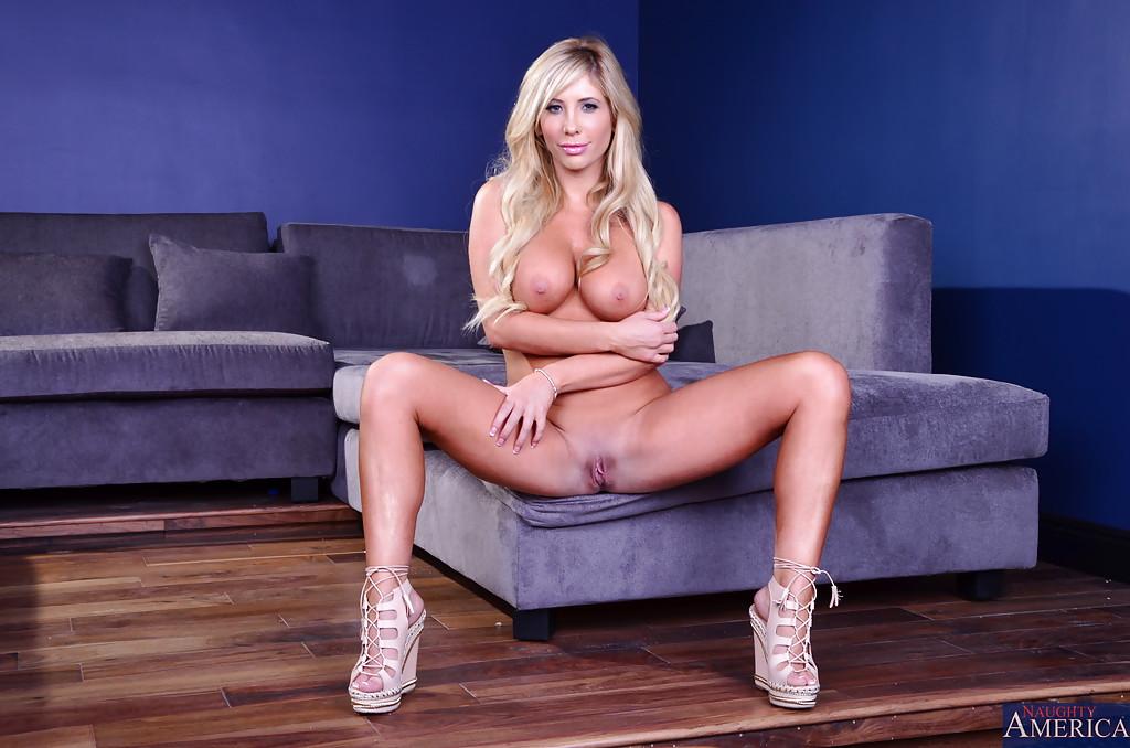 Блондинка завлекает своим телом - фото #10