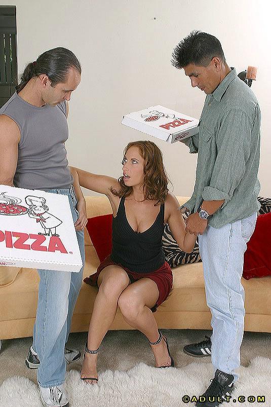 Парни из службы доставки пиццы засадили клиентке в рот и в вагину