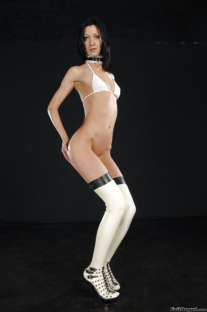 Зрелая брюнетка метит в модели - фото #11