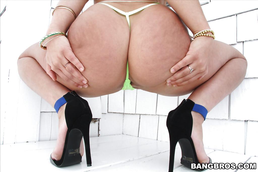 Латинка Abella Danger поражает своим шпагатом - фото #2