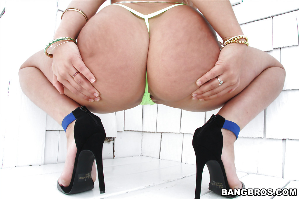 Латинка Abella Danger поражает своим шпагатом - фото #3