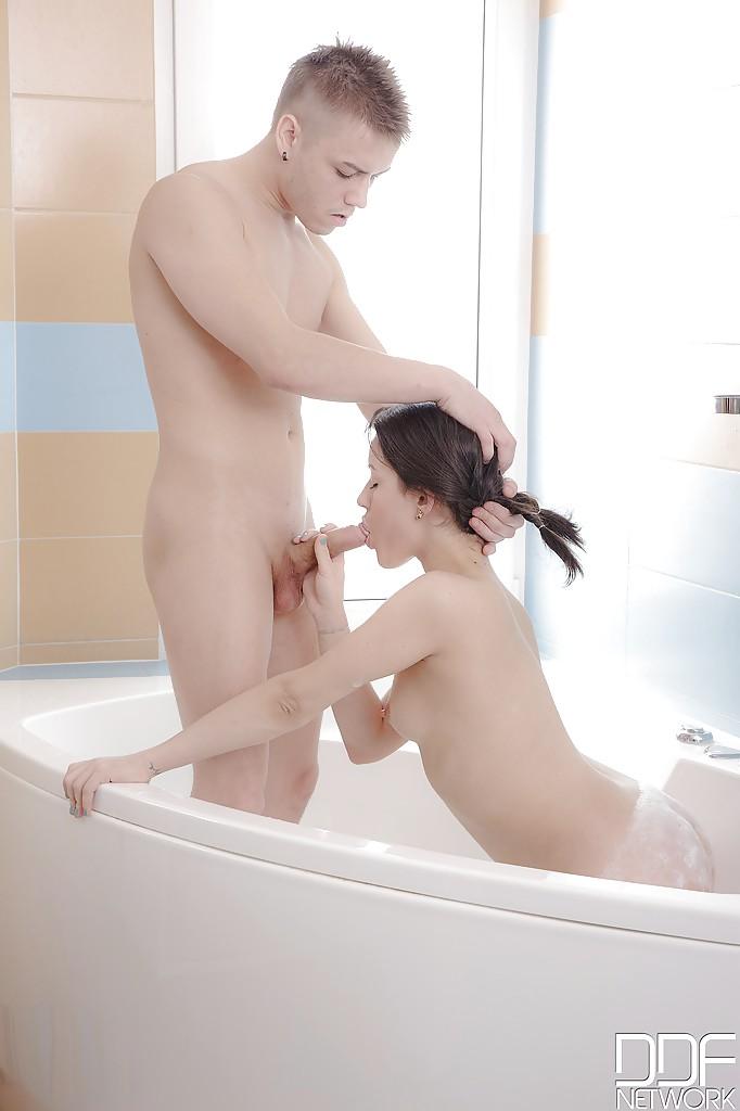 Нежный анальный секс в ванной - фото #6