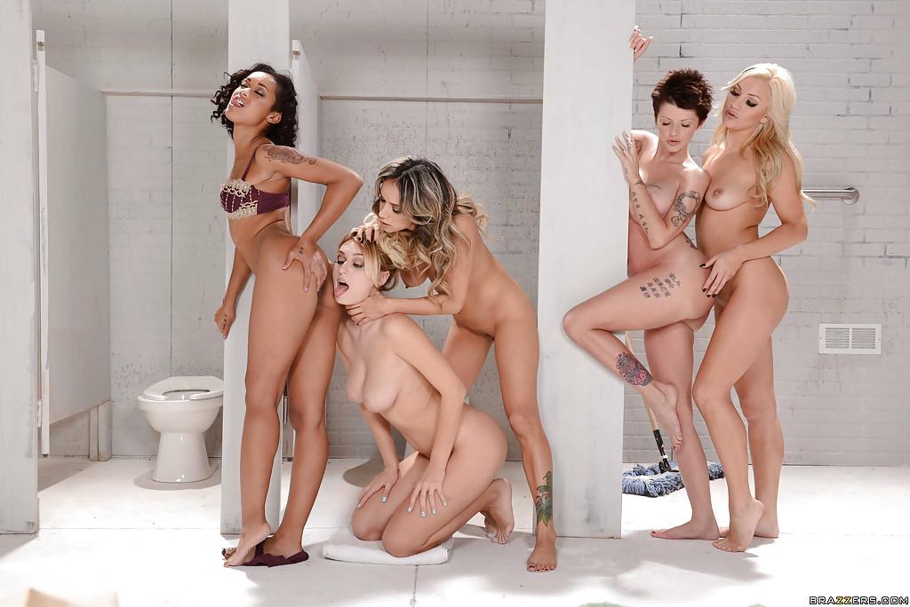 Групповая лесбийская оргия в туалете - фото #1