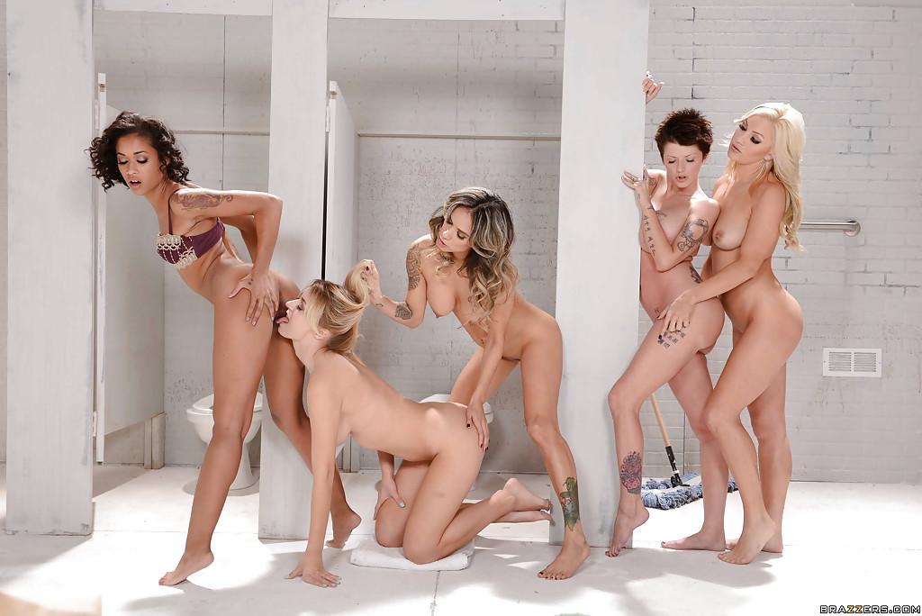 Групповая лесбийская оргия в туалете - фото #2