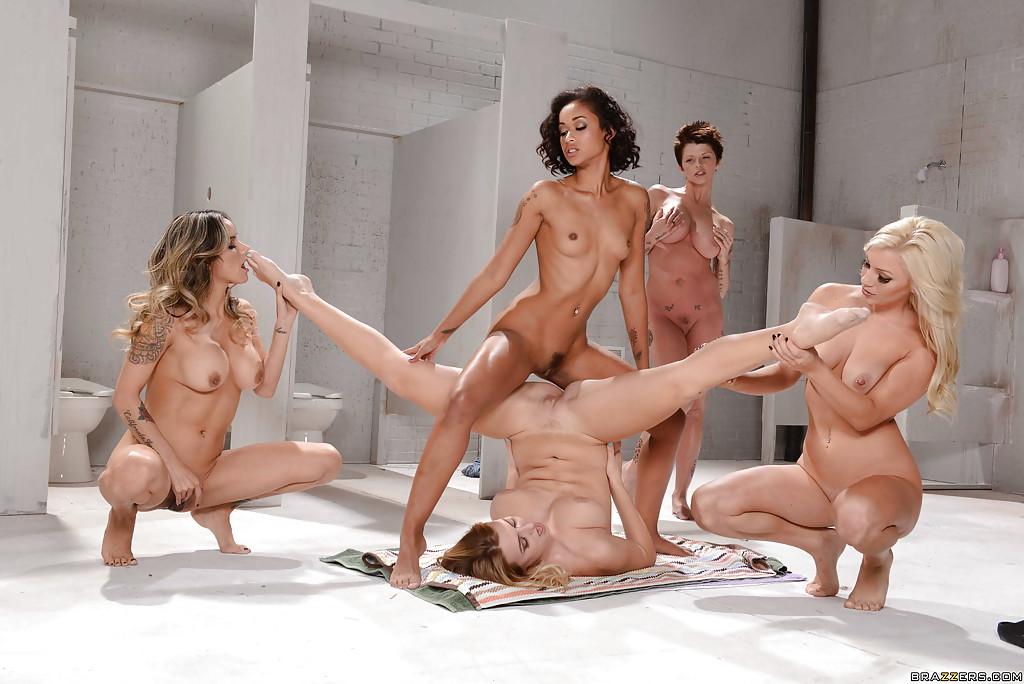 Групповая лесбийская оргия в туалете - фото #5