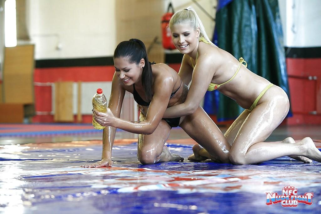 Лесбиянки облились маслом и ублажили друг друга - фото #1