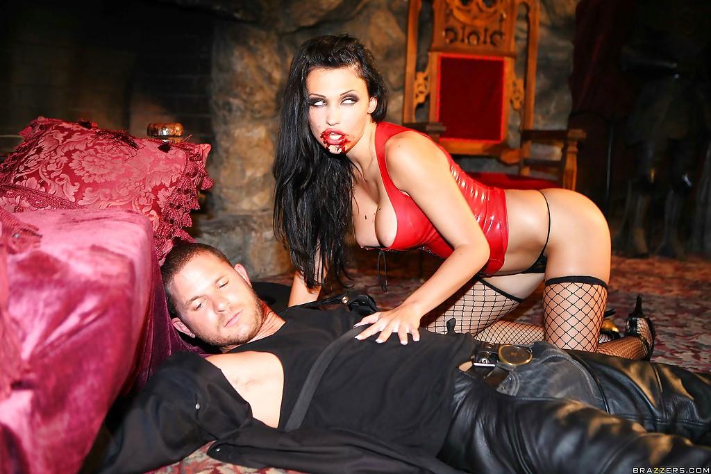 Коварная вампирша Aletta Ocean обожает мужские члены - фото #4
