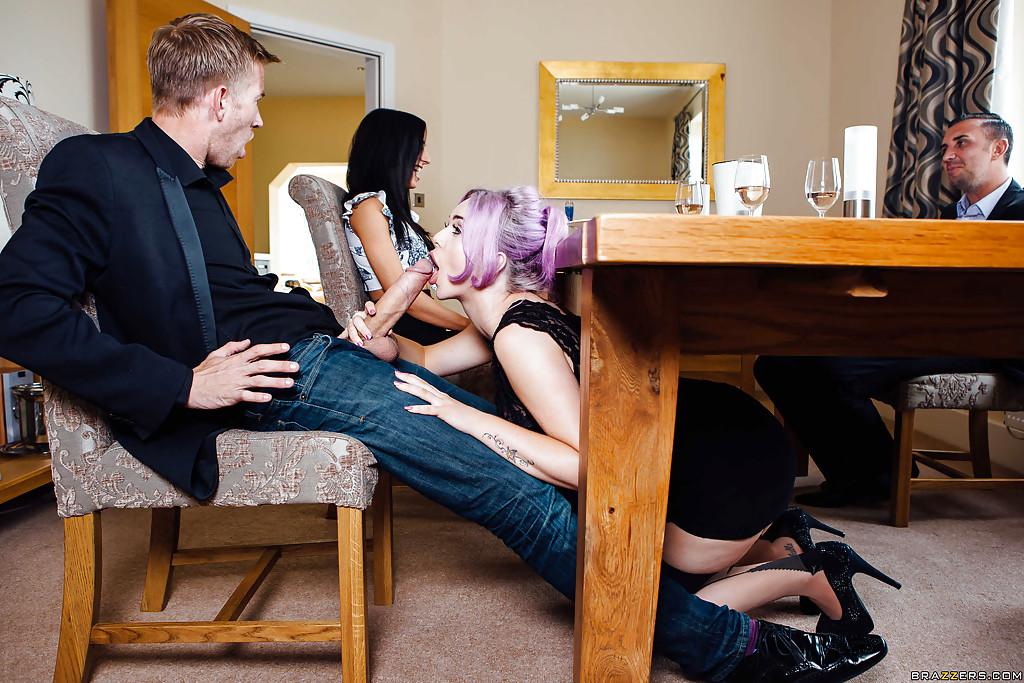 Девушки сосут парням за ужином - фото #1