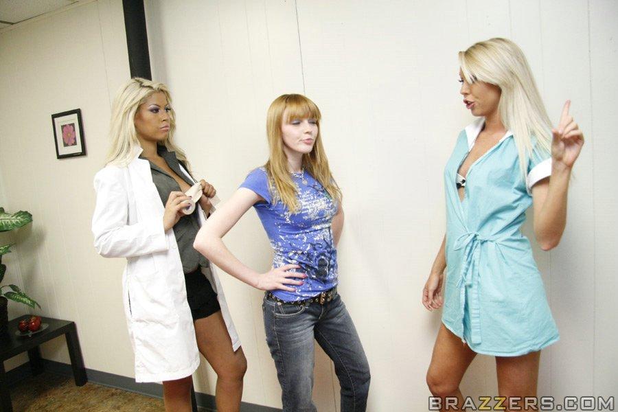 Медсестры ставят больного на ноги - фото #4