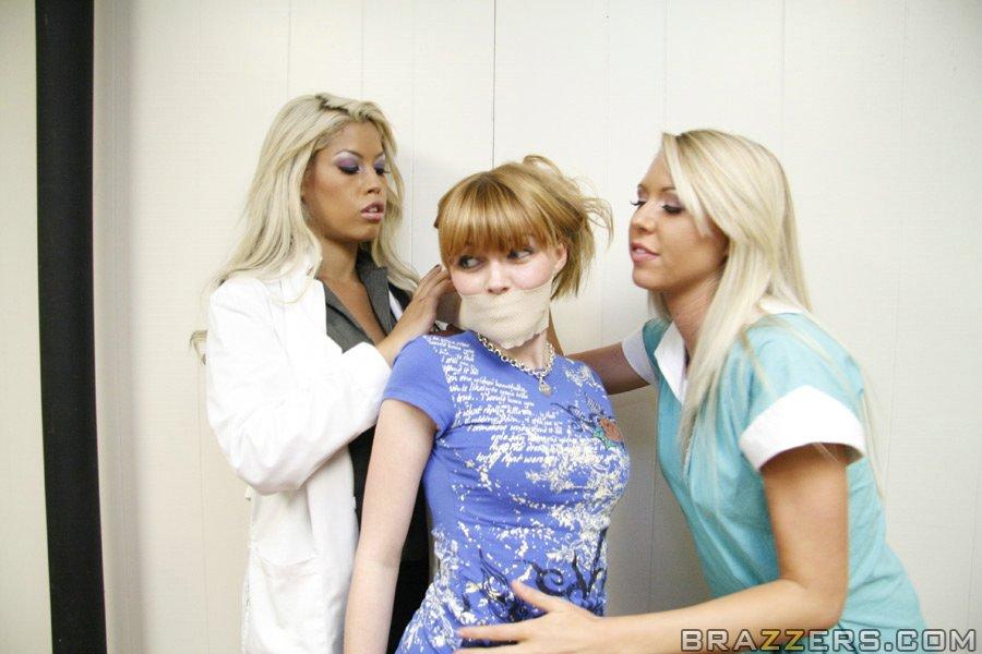 Медсестры ставят больного на ноги - фото #5