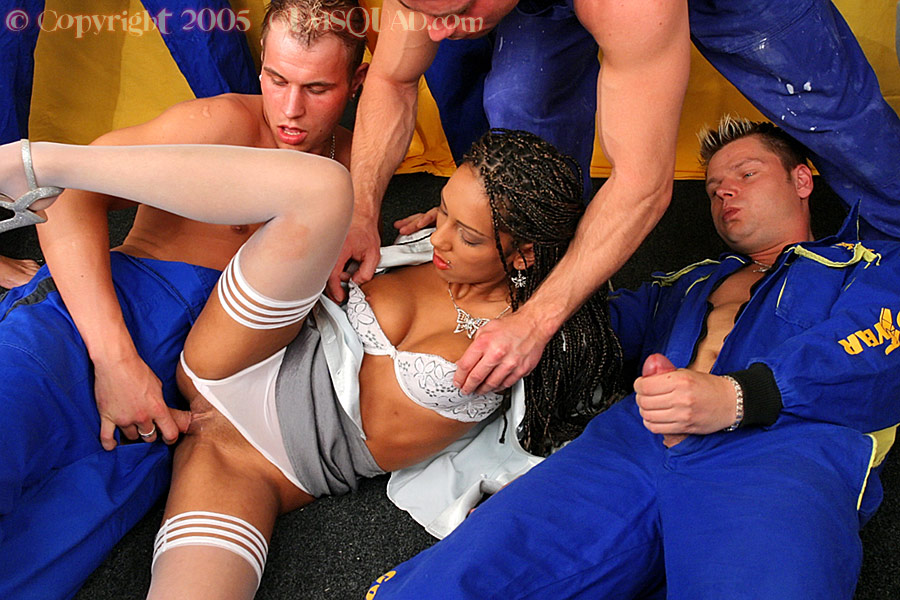 Толпа мужиков залила девушку спермой - фото #6