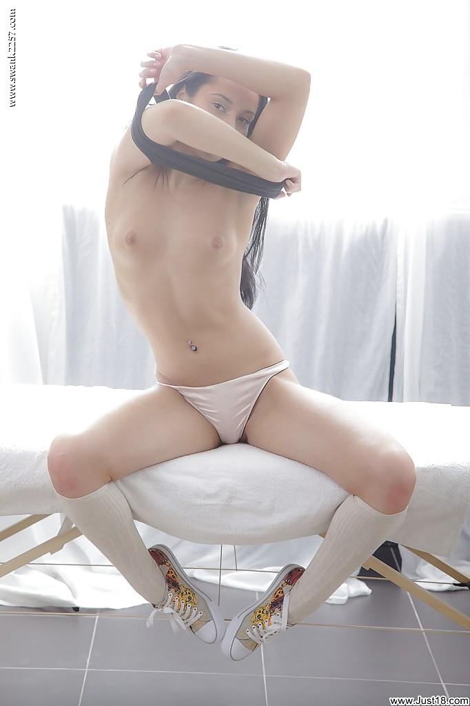 Активная худышка раздевается перед массажем - фото #10