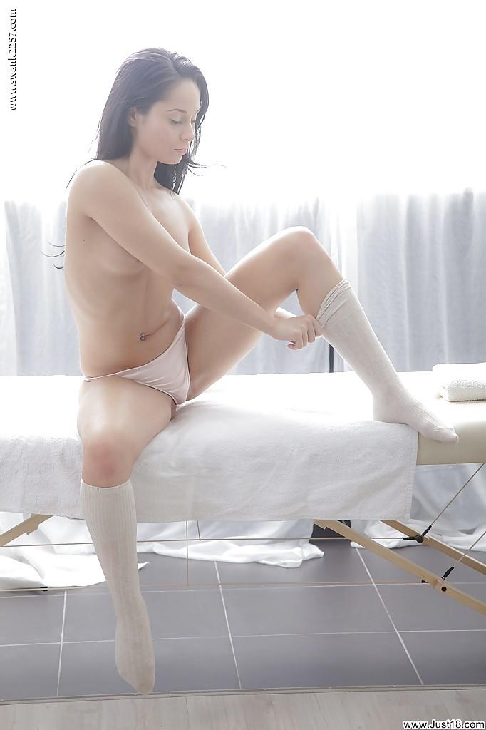 Активная худышка раздевается перед массажем - фото #12