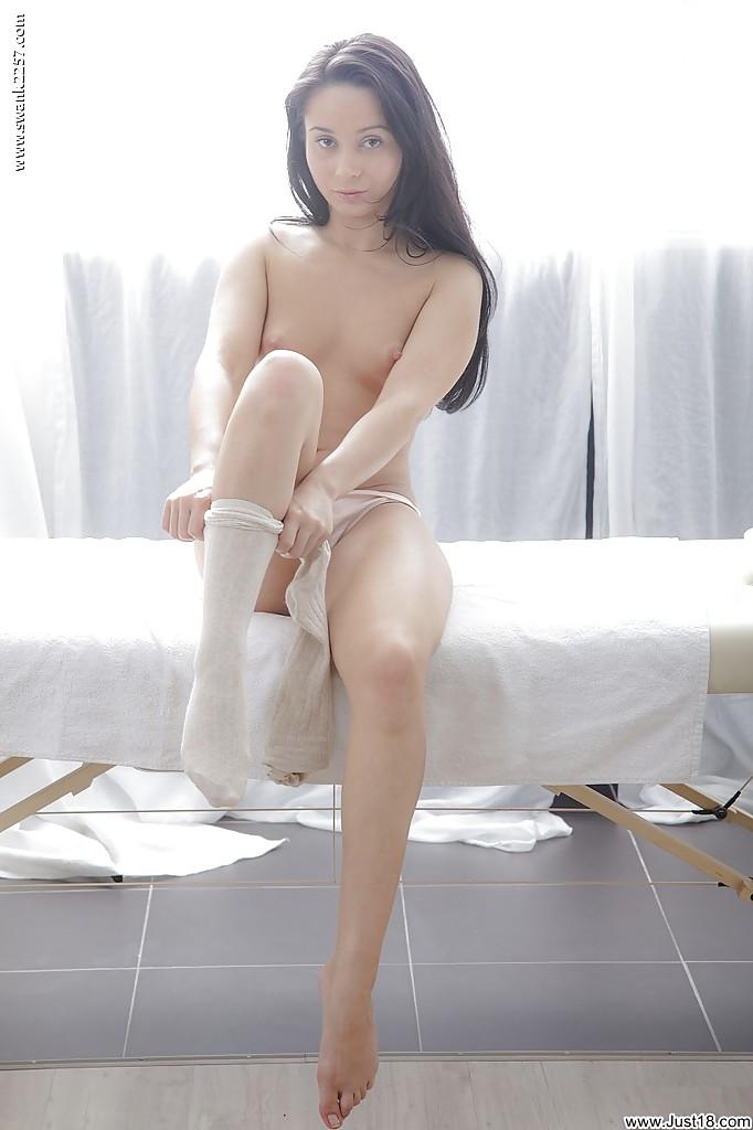 Активная худышка раздевается перед массажем - фото #14