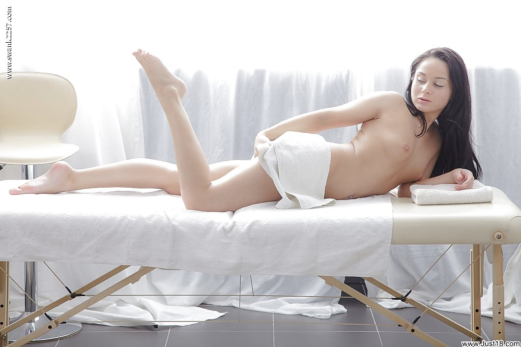Активная худышка раздевается перед массажем - фото #15