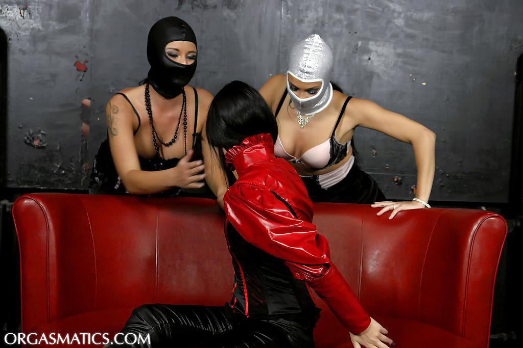 Девушки в масках раздевают красотку