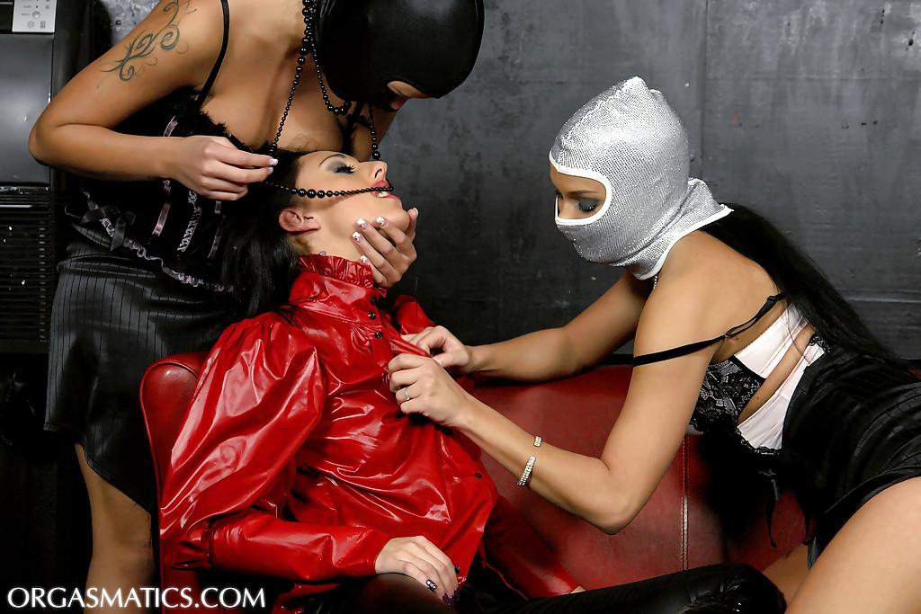 Девушки в масках раздевают красотку - фото #7