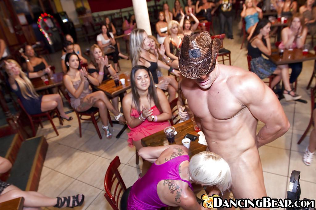 Дамочки играют со стриптизером в клубе - фото #3