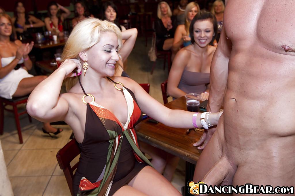 Дамочки играют со стриптизером в клубе - фото #6