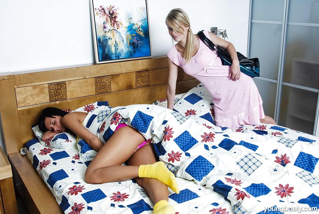 Девица разбудила подружку кунилингусом