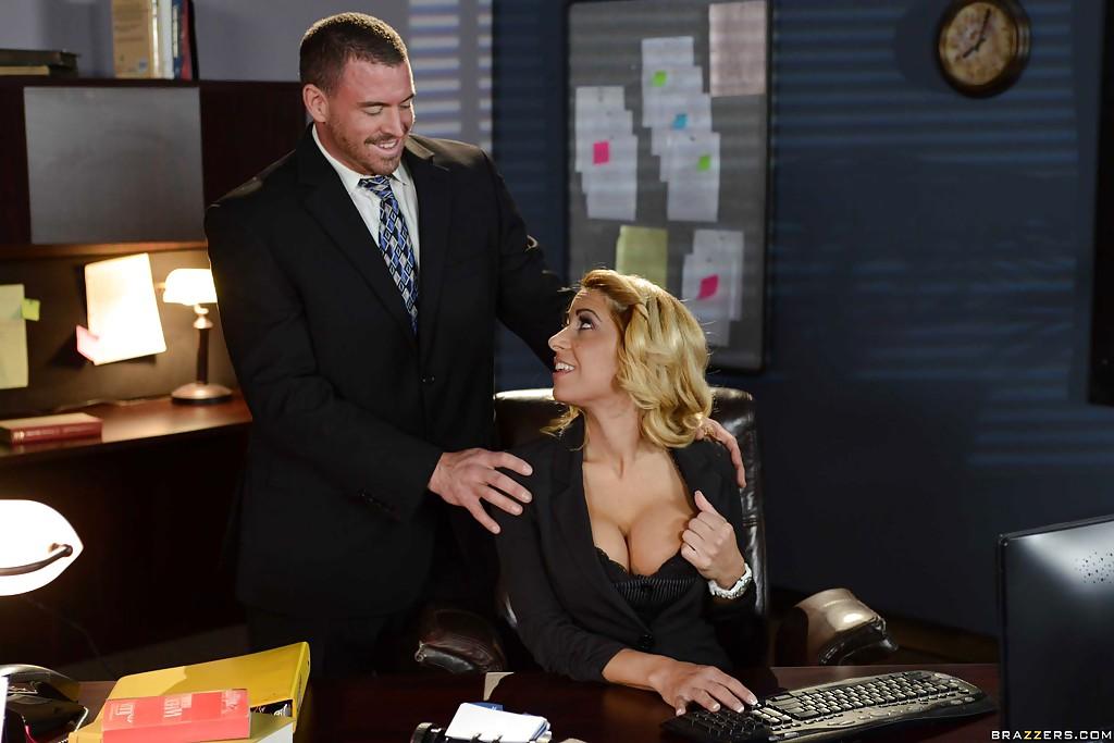 Секретарша провела начальника и трахнулась на столе с любовником