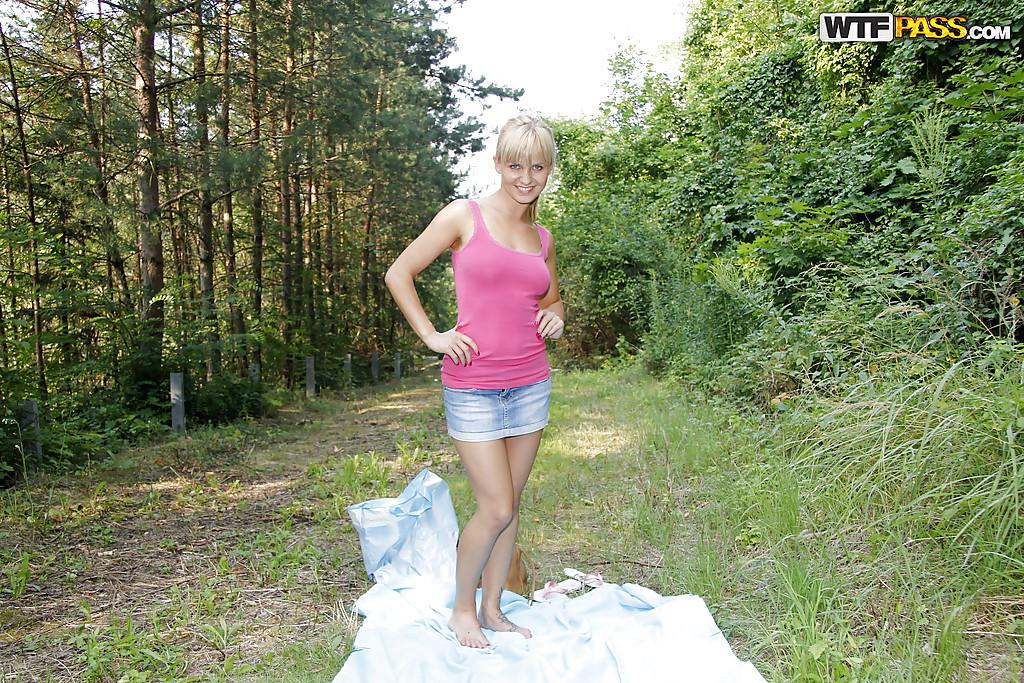 Прогулка блондинки в лесу закончилась дрочкой