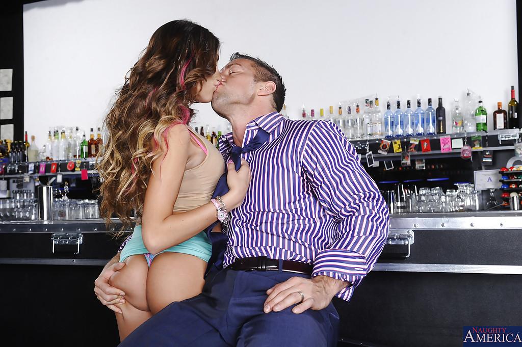 Незнакомка August Ames увлеклась оральным сексом в баре - фото #4