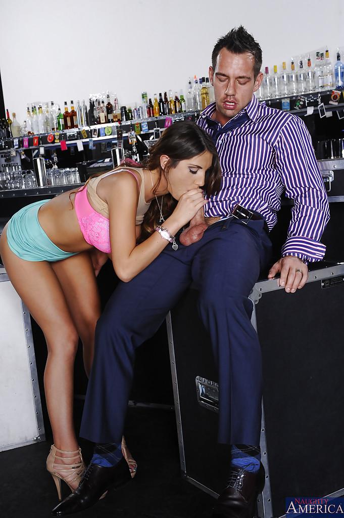 Незнакомка August Ames увлеклась оральным сексом в баре - фото #6