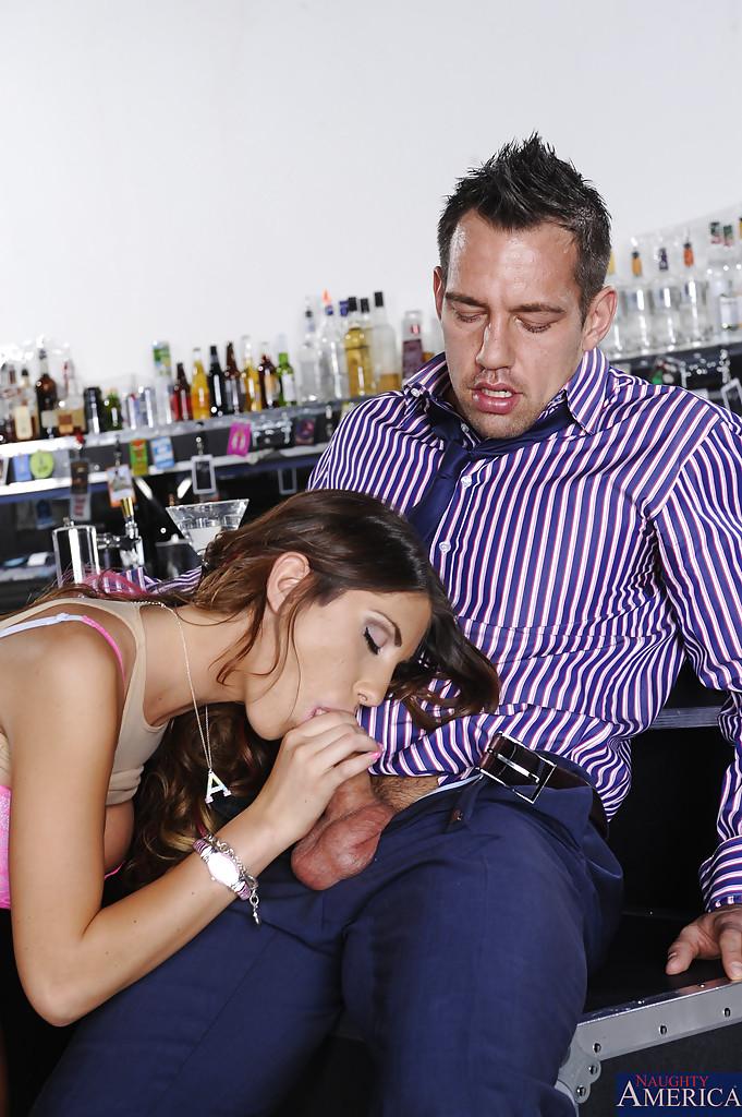 Незнакомка August Ames увлеклась оральным сексом в баре - фото #7